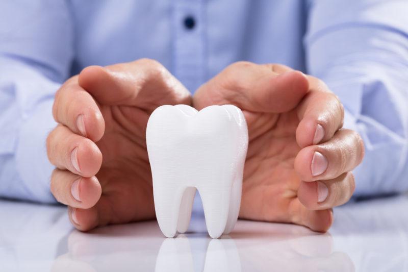 Extrañando los dientes que le faltan