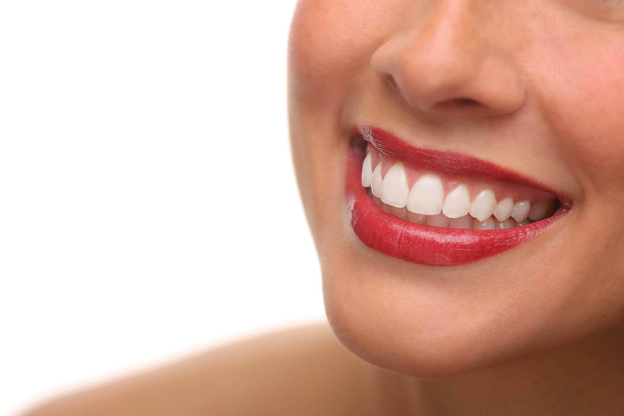 El blanqueamiento dental le hace lucir más joven